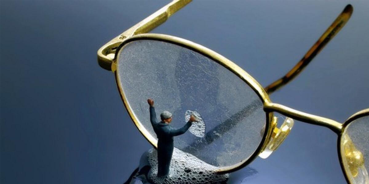 cách vệ sinh lau kính mắt cận thị