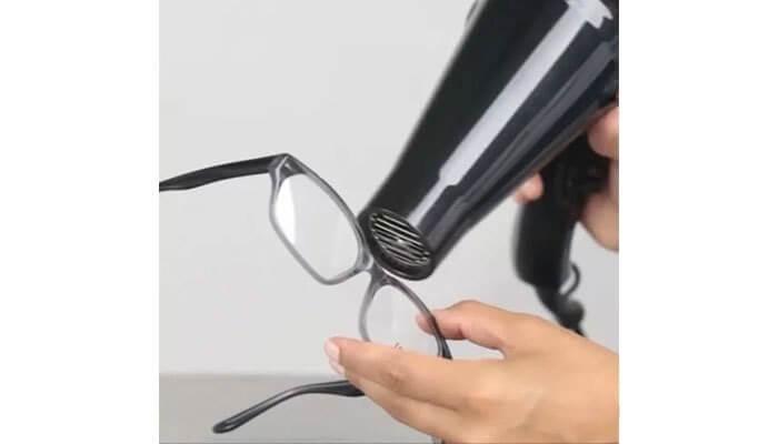 chỉnh càng kính nhựa bị lỏng bằng cách hơ nóng với máy sấy