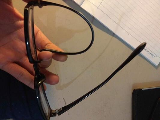 chỉnh sửa càng kính gọng nhựa bị lệch
