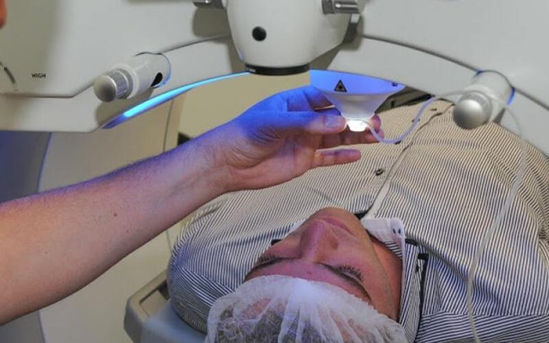 thực hiện phẫu thuât tật khúc xạ lasik